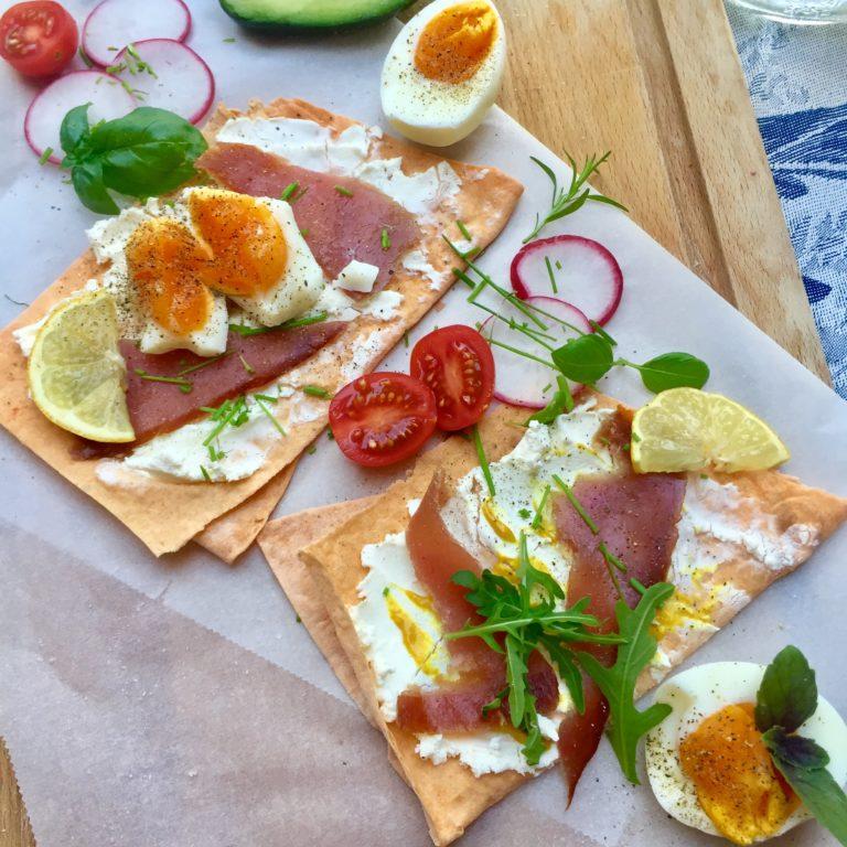 Kanapky s gréckym jogurtom, fetou a údeným tuniakom