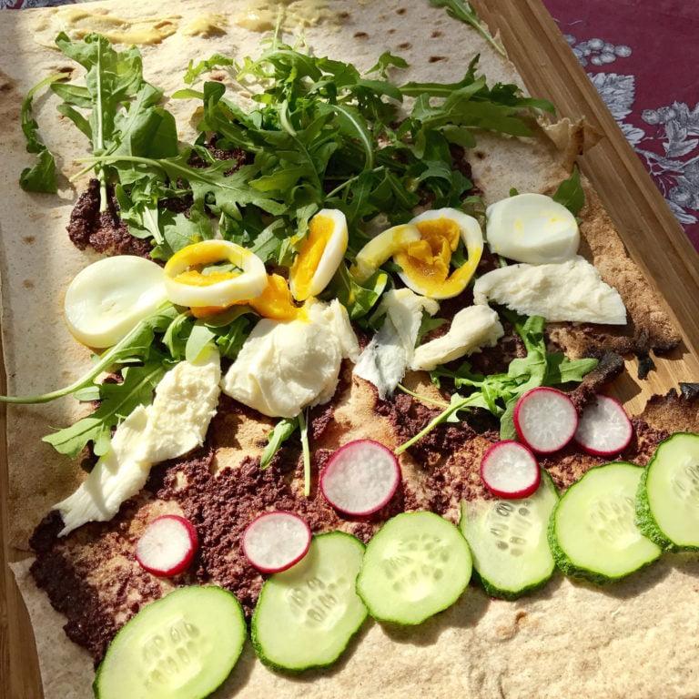Wrap s tapenadou z ciernych oliv, mozzarellou a zeleninou