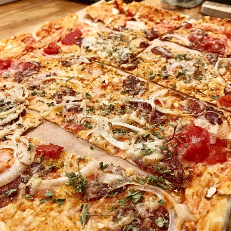 Cibulova pizza s klobaskou a parmezanom