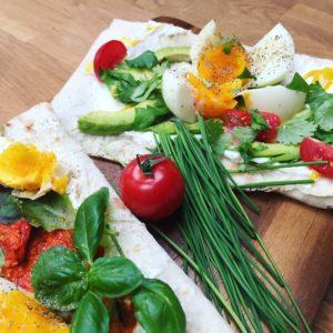Kanapky s lučinou, ajvarom, avokádom, vajíčkom a bylinkami