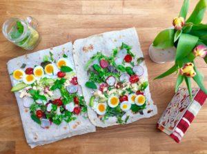 Letný wrap s chedarom, zeleninou, vajíčkom a bylinkami