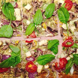Pizza s pestom, hubami, cibuľou a balkánskym syrom