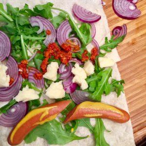 Hot dog wrap s čedarom, zeleninou a chilli
