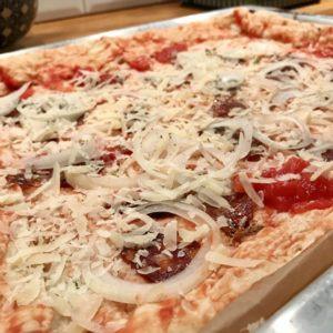 Salámová pizza s cibuľou a parmezánom