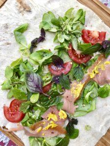 Wrap s údeným lososom, zeleninou a bylinkami