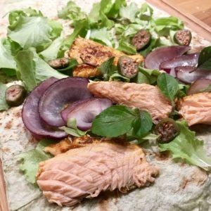 Wrap s grilovaným lososom, cibuľou a kaparami