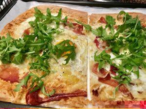 Zapečený Lavaš so sušenou šunkou (Jamon serrano), vajíčkom, syrom a rukolou