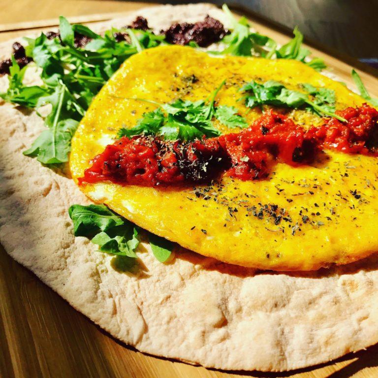 Wrap s omeletou, ajvarom a kalamata olivami