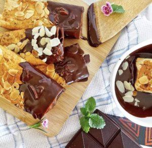 Chrumkavé tyčinky s mandľovými lupienkami máčáné v čokoláde