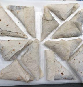Zapekané Lavaš trojuholníky s hubami, cibuľou, kešu a špenátom